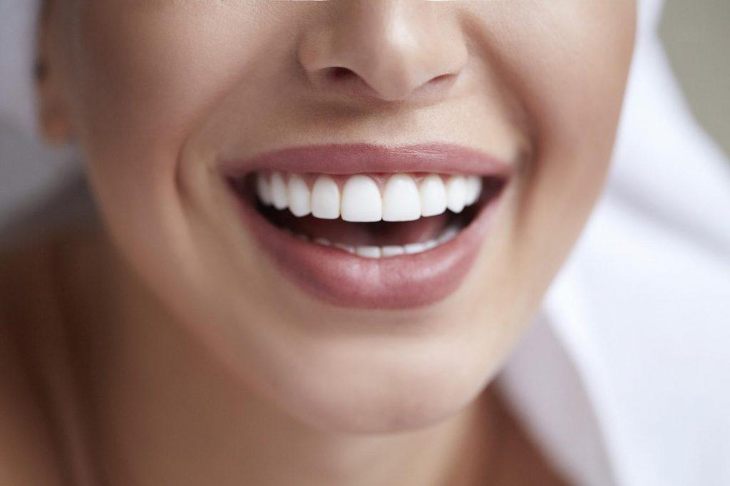 Dass Zähne einen Einfluss auf körperliche Beschwerden haben, ist bekannt. Bei Hautkrankheiten  stehen diese Wechselbeziehungen meist nicht zur Diskussion