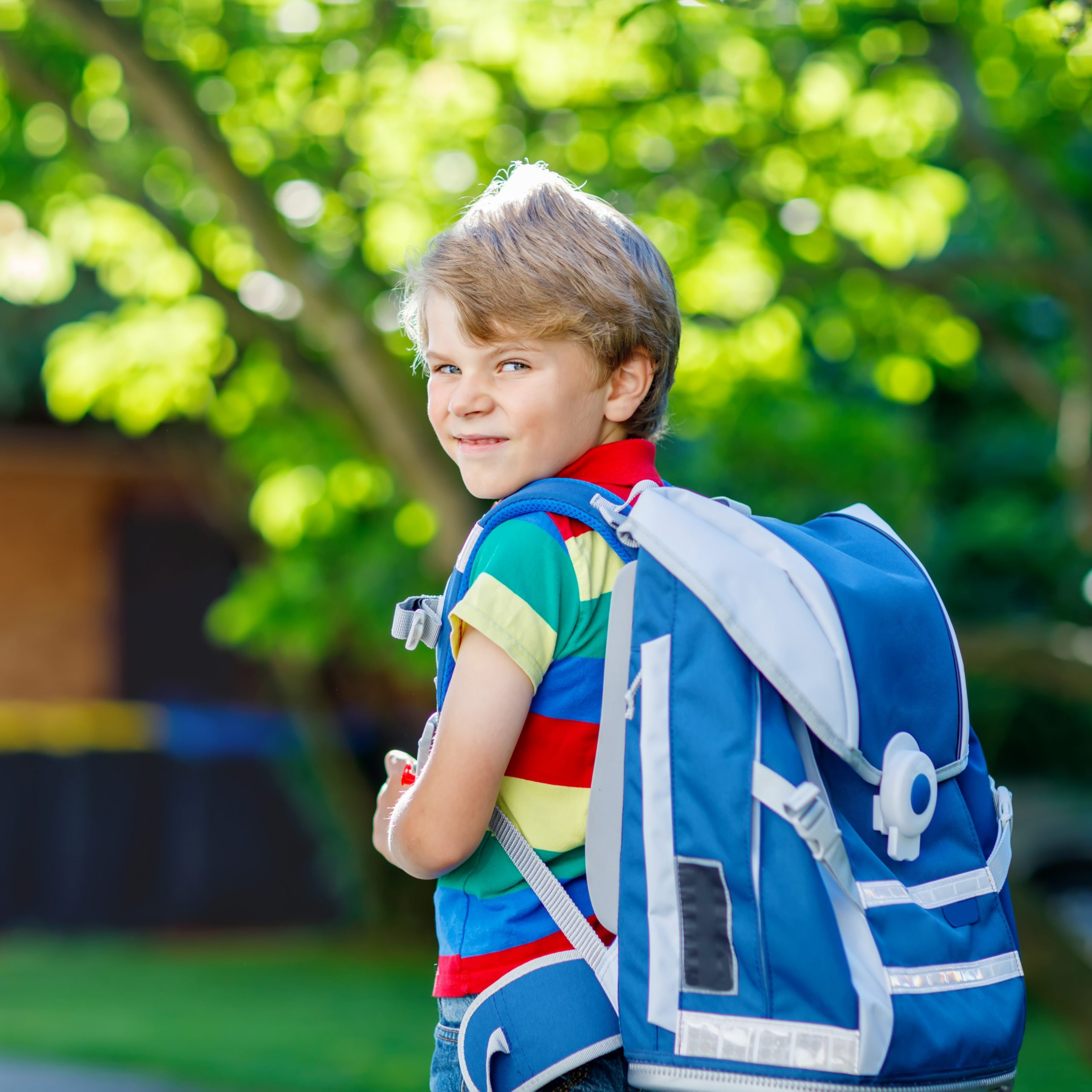 Auch schwere Schulranzen können zu der Entstehung von Rückenschmerzen und- problemen beitragen