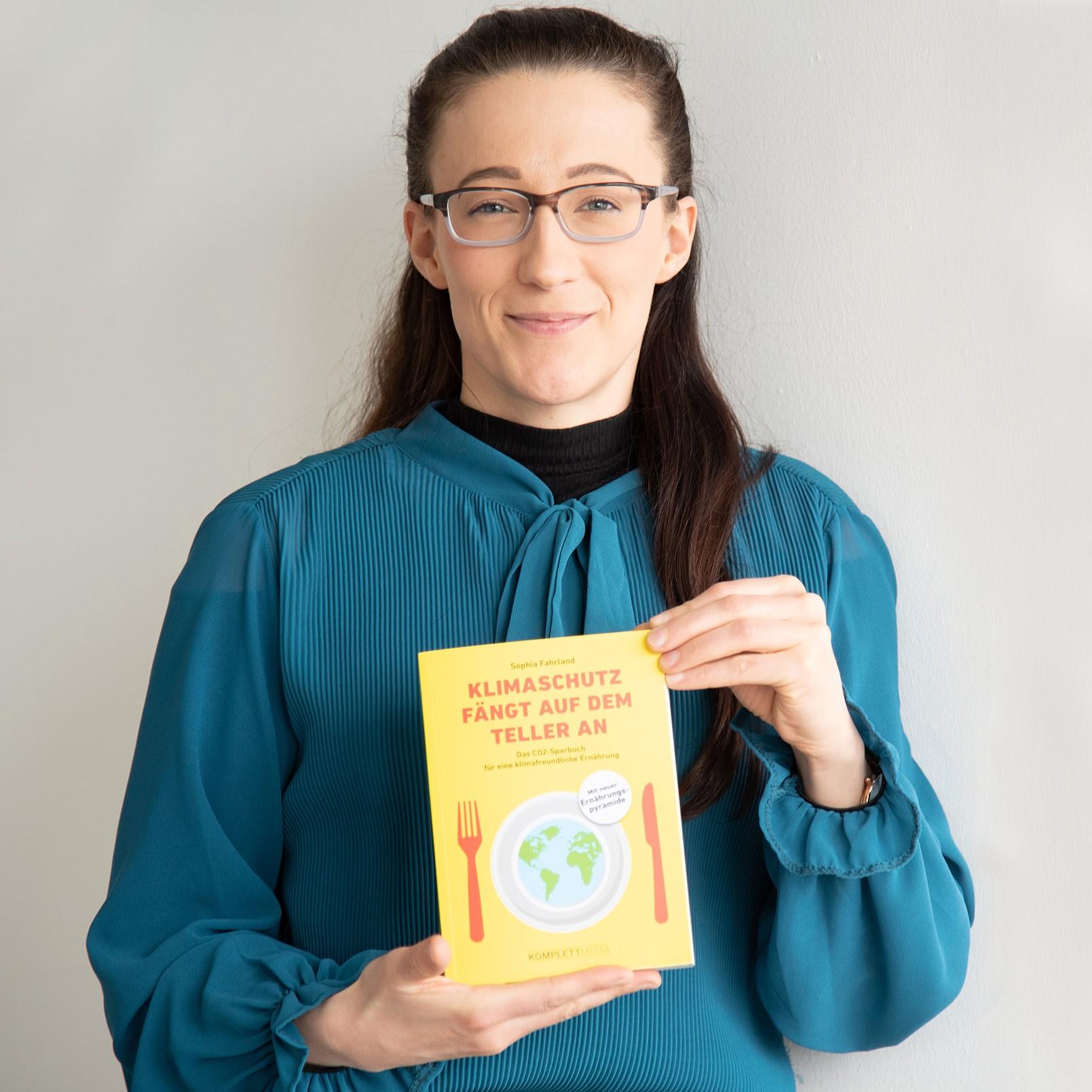 """Sophia Fahrland ist Grafikdesignerin, Klimaaktivistin und nun auch Buchautorin. Ihre Widmung: """"Für alle Fridays. Und für Mutter Erde."""""""