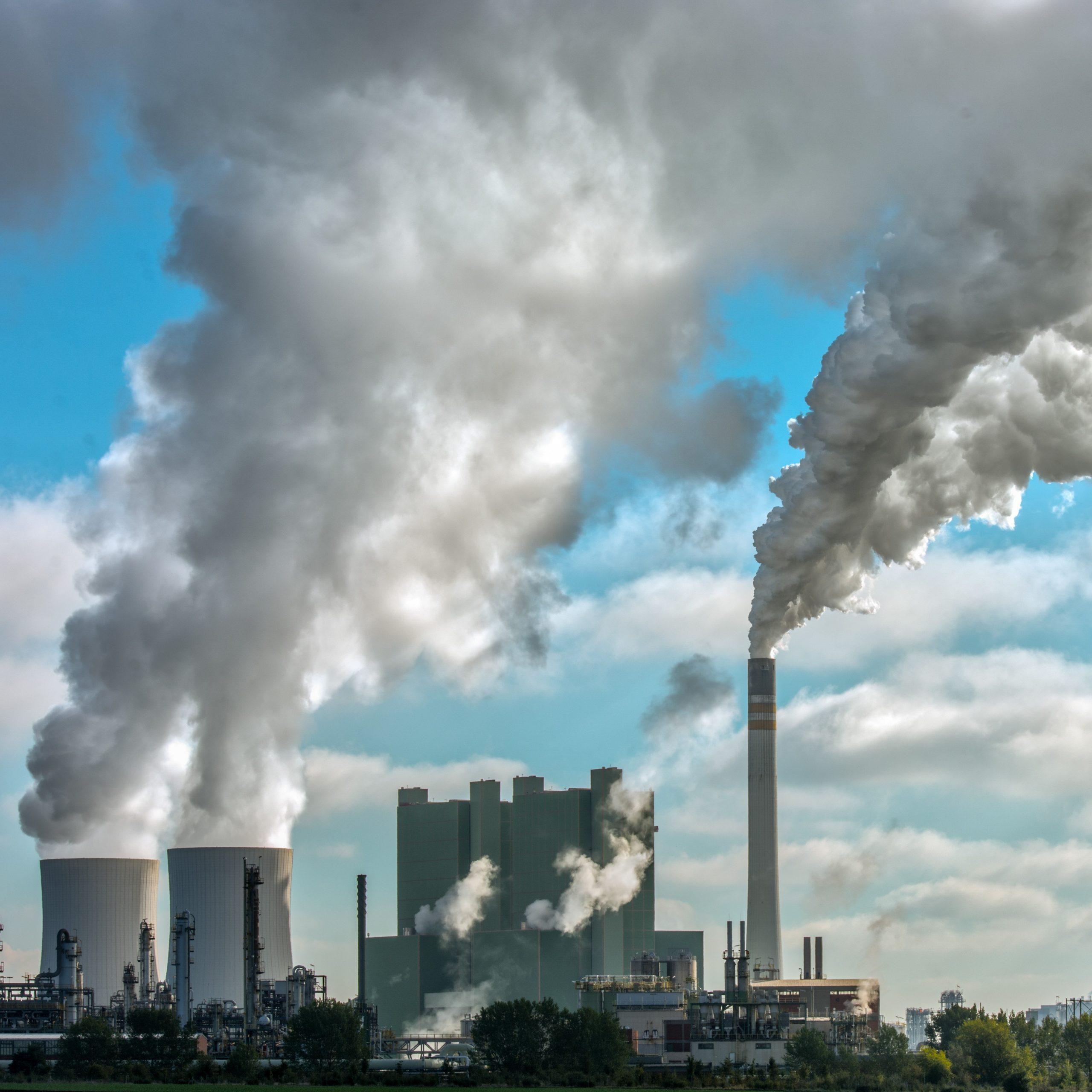 Insbesondere der Einsatz fossiler Brennstoffe trägt zur Luftverschmutzung bei