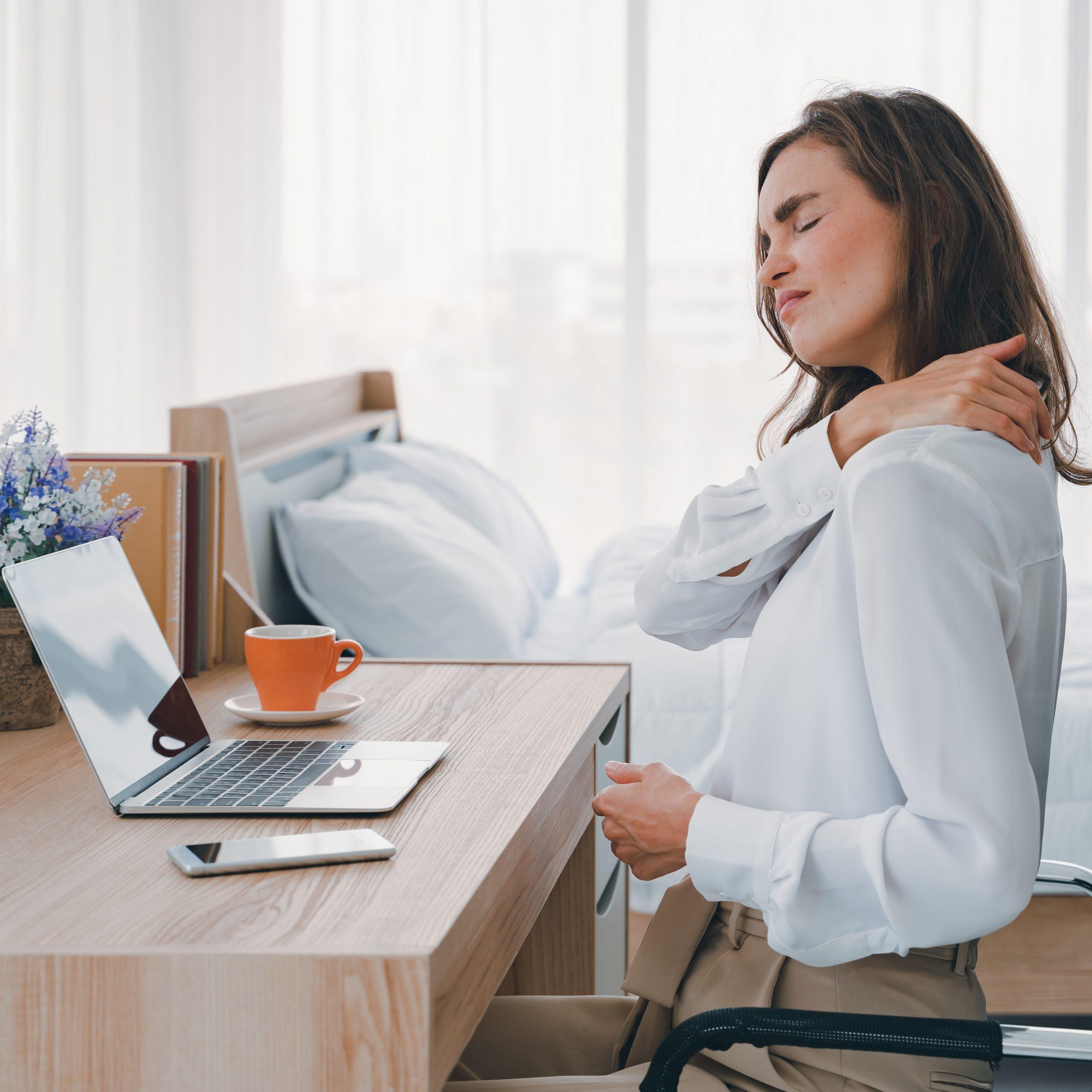 Zu langes Sitzen kann Schmerzen im Rücken verursachen und Muskeln verspannen