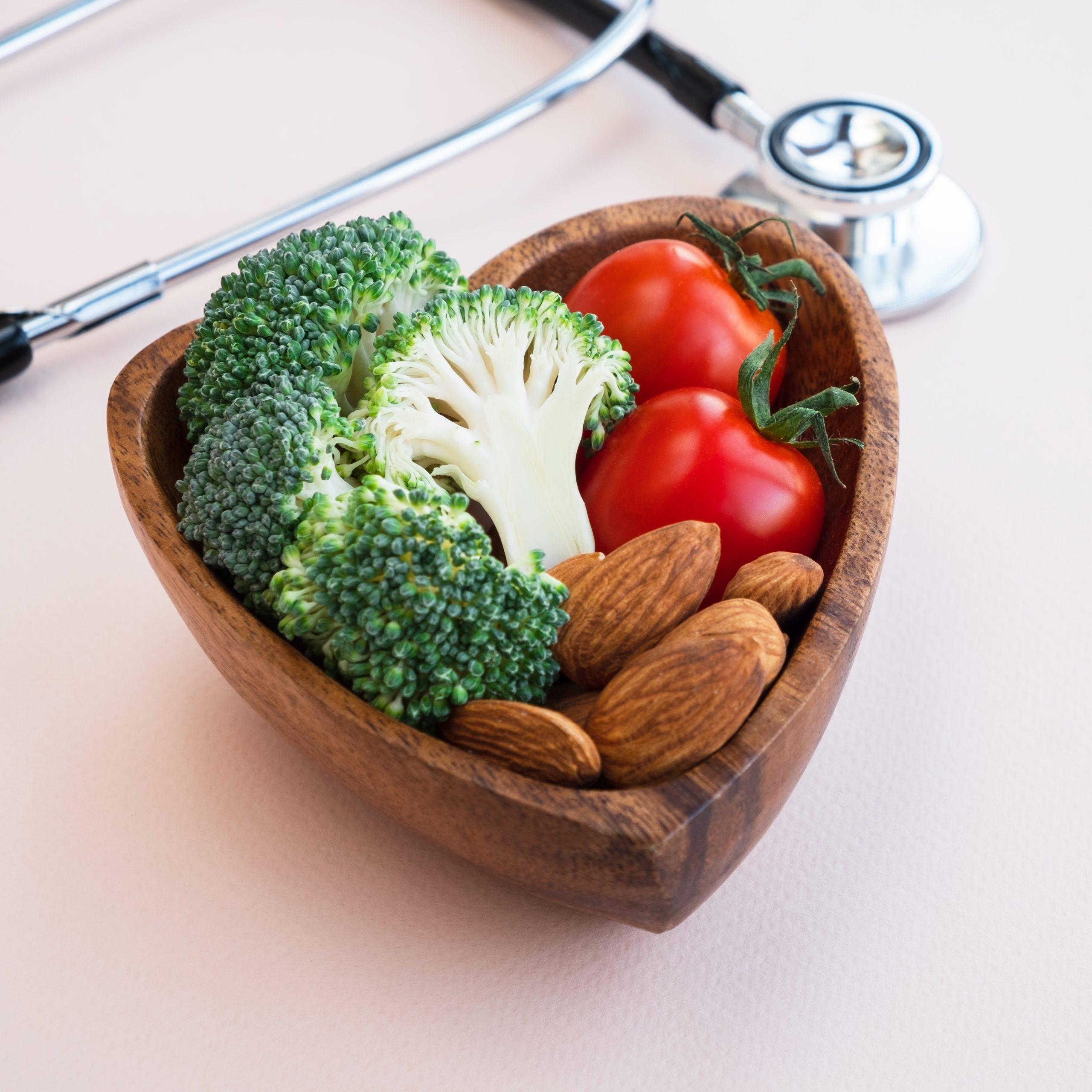 Nüsse sowie Brokkoli enthalten viel Magnesium und können so helfen, den Blutdruck zu senken und die Herzgesundheit zu erhalten