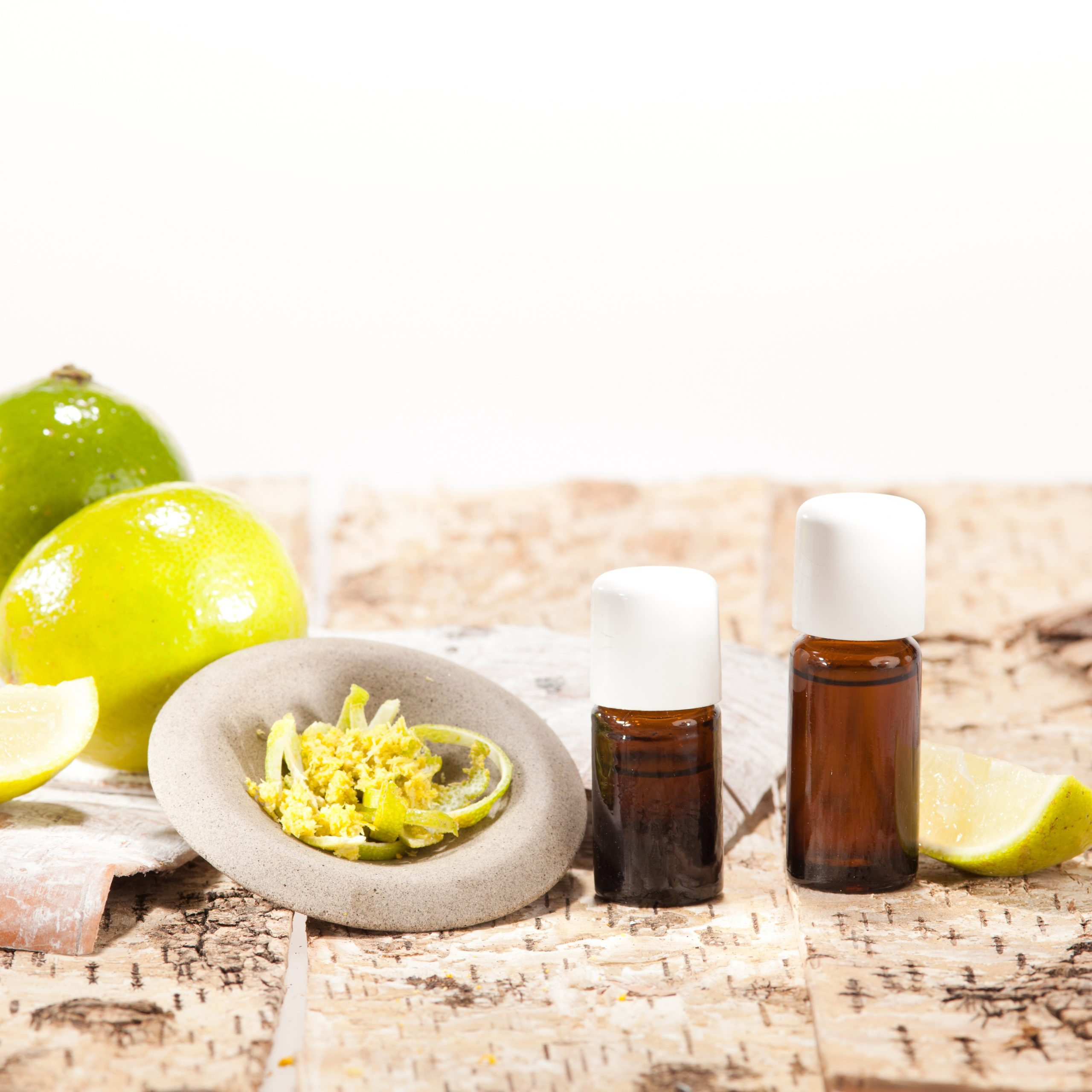 Die Aromatherapie ist eine sanfte und sehr vielseitige ganzheitliche Therapiemethode, die mit Hilfe von ätherischen Ölen das körperliche und seelische Wohlbefinden beeinflusst.
