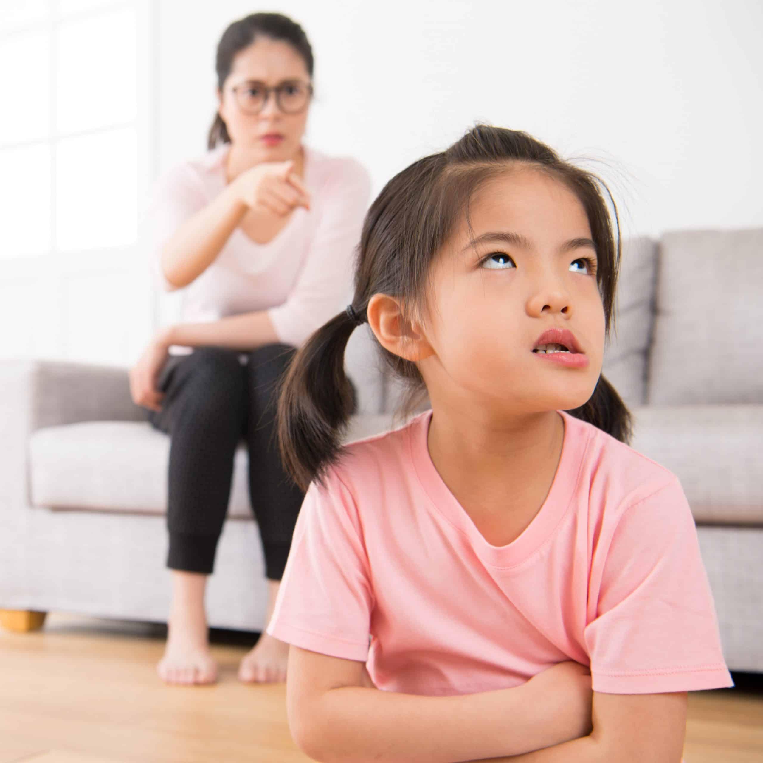 Wenn die Eltern gegen ihre eigenen Regeln verstoßen., ist es wichtig mit den Kinder darüber zu reden