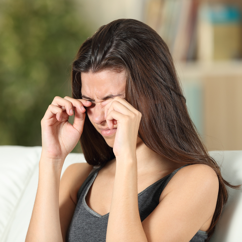 Trockenen und gereizten Augen können viele Ursachen zu Grunde liegen, wobei allen eine gestörte Zusammensetzung des Tränenfilms gemeinsam ist.