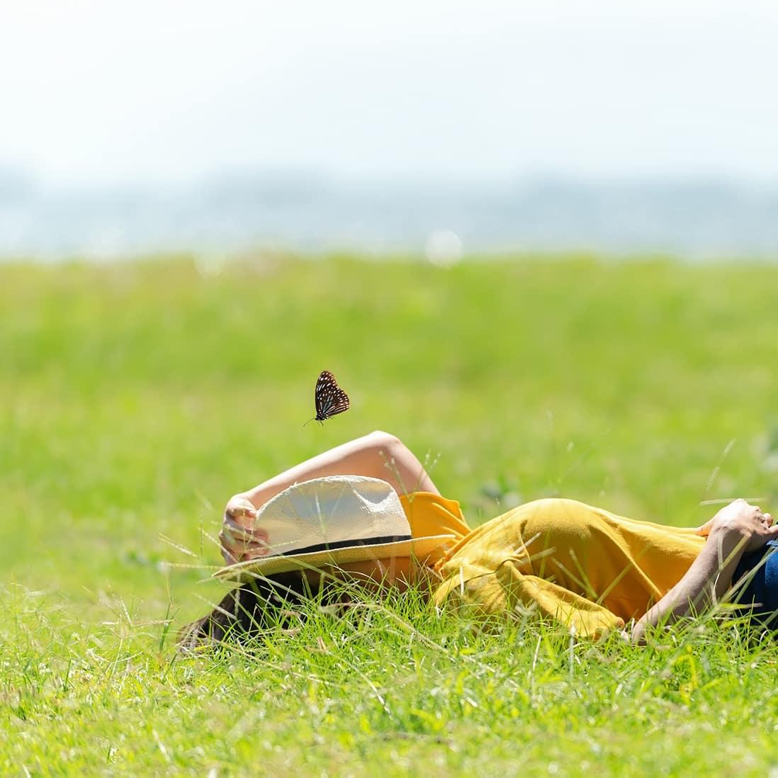 Im Alltagsstress bleibt oft wenig Zeit für körperliche Aktivitäten an der frischen Luft oder ein ausgiebiges Sonnenbad. Dies kann auf Dauer zu einem Vitamin-D-Mangel führen.