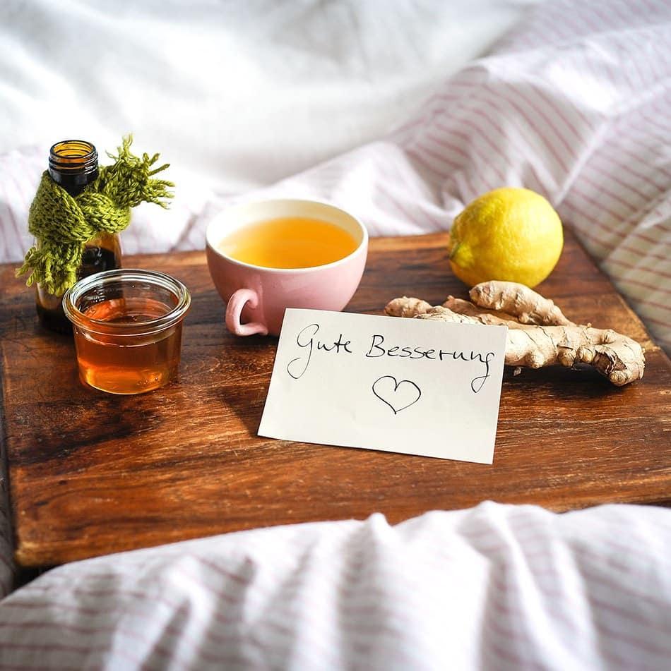 Alternative Hausmittel wie Tee, Honig, Ingwer zur Besserung von Erkältungskrankheiten