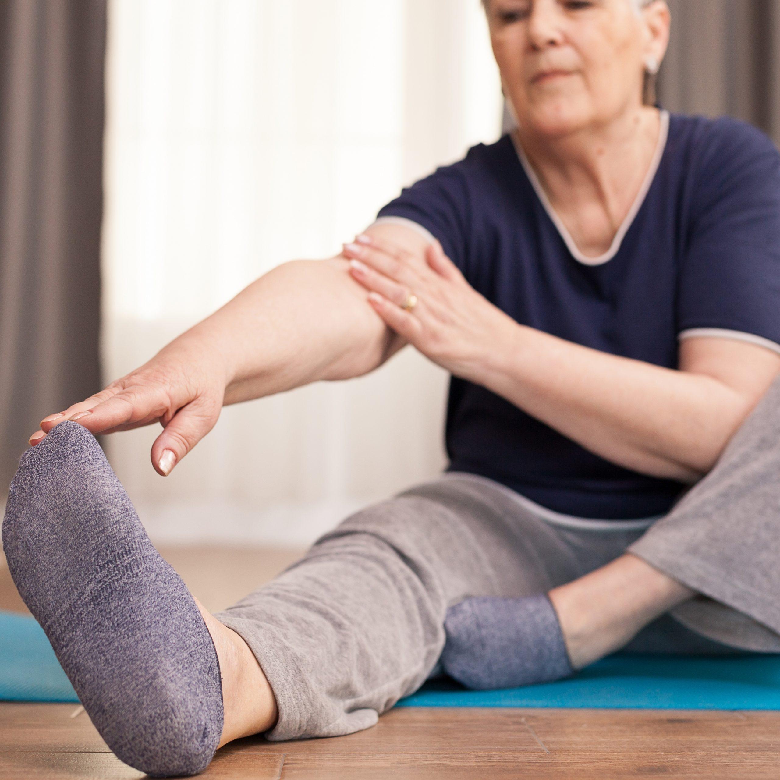 Beweglichkeit ist eine der vier Säulen, die im Alter vor Schmerzen schützt