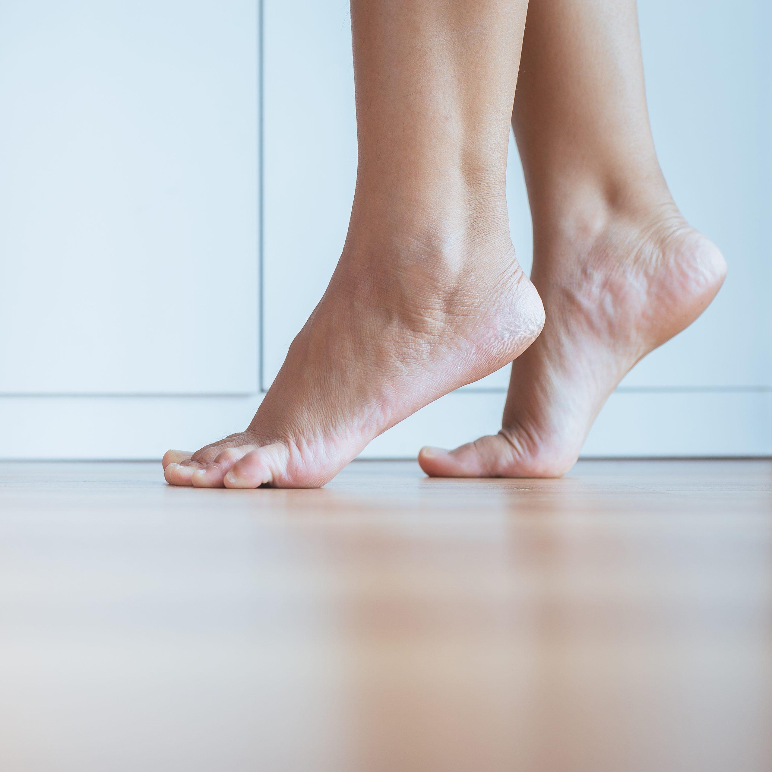 Stellen Sie sich beim Warten einfach auf ihre Fußspitzen und halten diese Position für etwa zehn Sekunden, um ihre Waden- und Fußmuskulatur zu trainieren