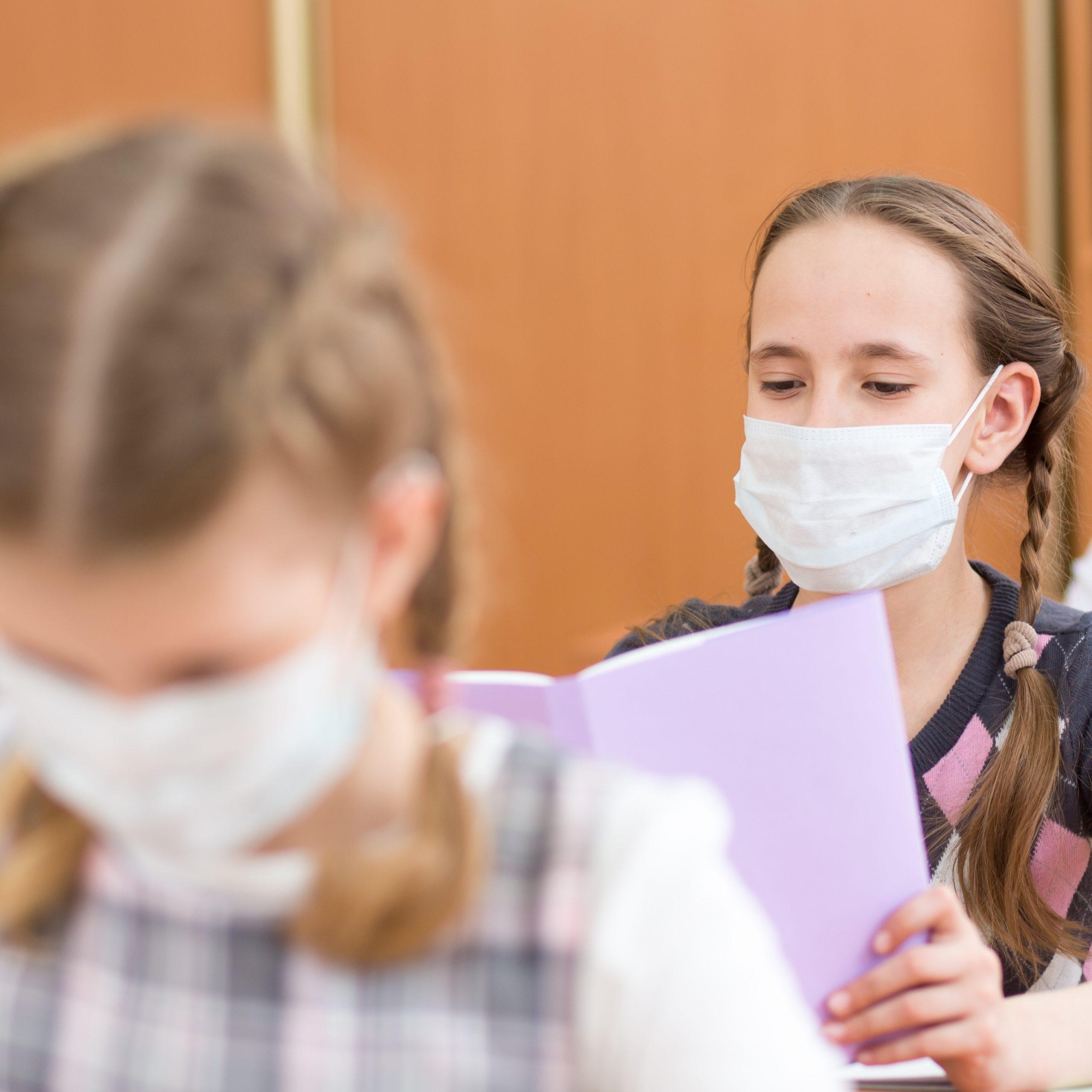Da die Schulen weitergehend geöffnet bleiben, soll die Verbreitung des Coronavirus hier mit Hygienekonzepten verhindert werden.