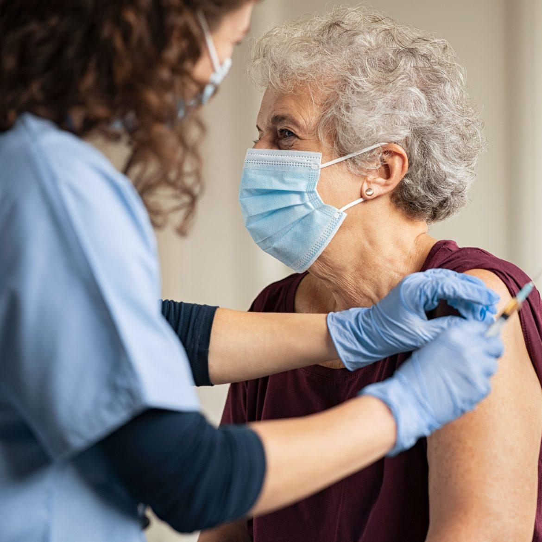 Gerinnungshemmer kein Hindernis für Corona-Impfung: Schutzwirkung vor Covid-19 überwiegt Blutungsrisiko durch Injektion