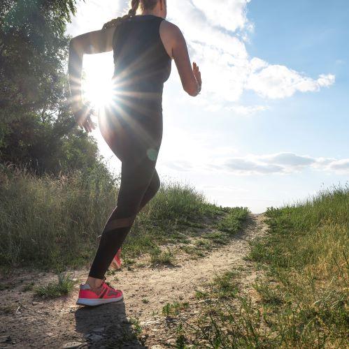 Sport hält gesund und hilft heilen, wie ein Medikament ohne Nebenwirkungen. Regelmäßige Bewegung sorgt dafür, dass die Sauer- und Nährstoffzufuhr hochfährt.