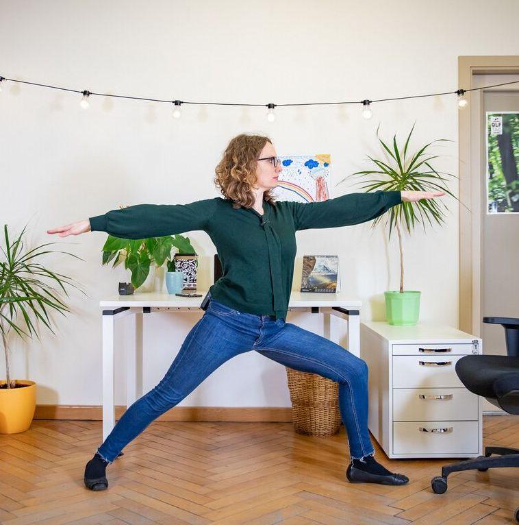 Die zehn effektivsten Yogaübungen, die Interessierte problemlos in ihren Homeofficealltag einbauen und so für eine gesunde Abwechslung sorgen können