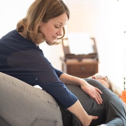 Die Microkinesitherapie ist eine manuelle Behandlungsmethode, die mit kleinen gezielten Impulsen sehr effektiv die körpereigene Selbstheilung aktiviert.