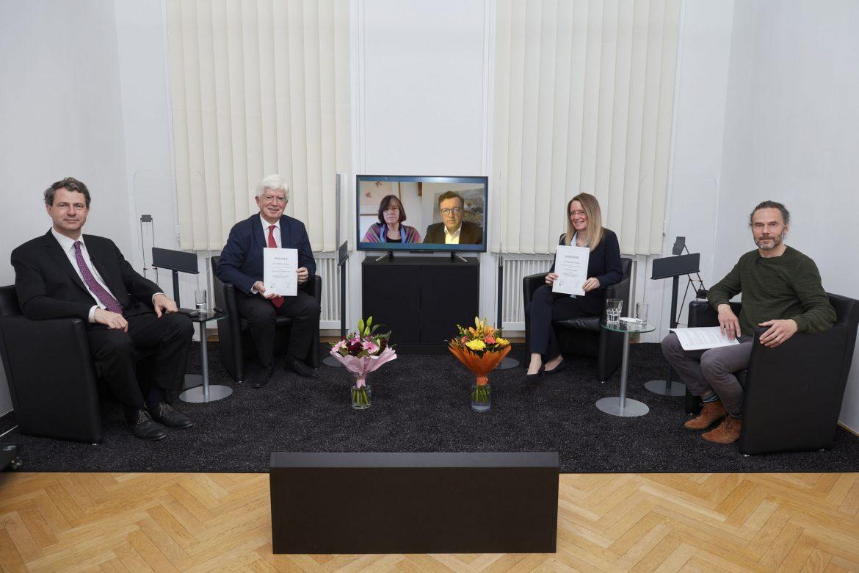 Im Rahmen einer ganz besonderen digitalen Veranstaltung wurden von der ÖGHM gemeinsam mit Schwabe Austria gleich zwei herausragende Forschungsarbeiten im Bereich der Homöopathie mit dem Dr. Peithner Preis prämiert