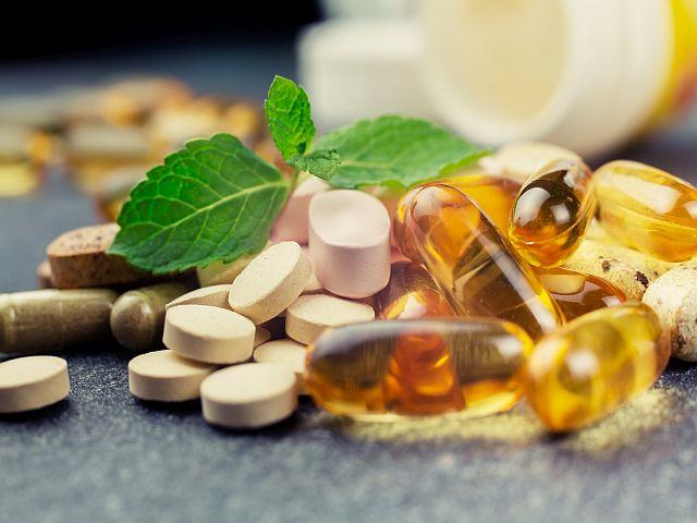 Ein Haufen mit Pillen (Nahrungsergänzungsmitteln).